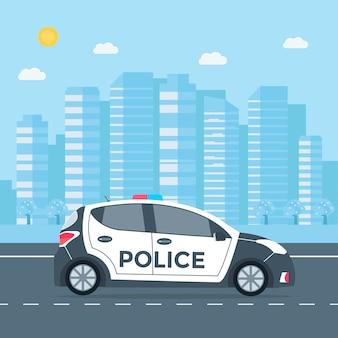 Polícia patrulha em uma estrada com carro de polícia, casa, paisagem natural. veículo com luzes intermitentes no telhado.