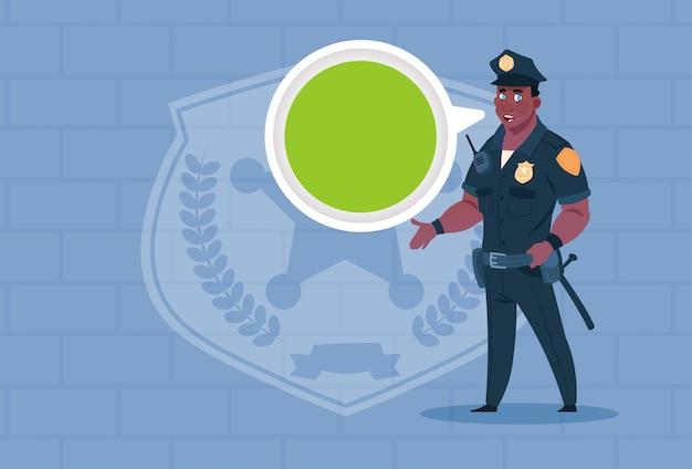 Policial americano africano, com, bolha conversa, desgastar uniforme guarda policial, sobre, fundo tijolo