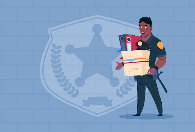 Policial americano africano, despedido, segura, caixa, com, trabalhando pessoal policial, vestindo, uniforme, guarda policial, sobre, tijolo, fundo
