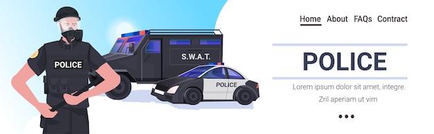 Policial com equipamento tático completo policial de choque segurando cassetete