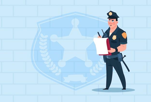 Policial, escrita, relatório, desgastar, uniforme, policial, guarda, sobre, tijolo, fundo
