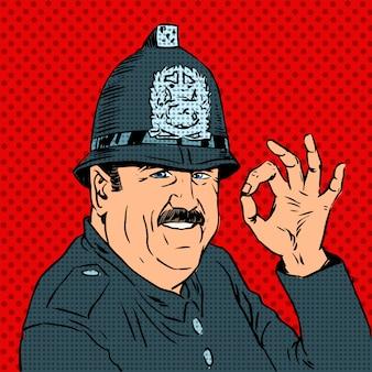 Policial inglês de uniforme e capacete mostra gesto ok