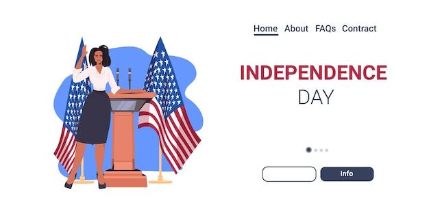 Política feminina fazendo discurso na tribuna com a bandeira dos eua, página inicial de celebração do dia da independência americana em 4 de julho