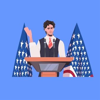 Político fazendo discurso na tribuna com a bandeira dos eua, celebração do dia da independência americana em 4 de julho