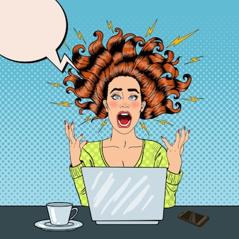 Pop art agressiva furiosa gritando mulher com laptop no trabalho de escritório. ilustração