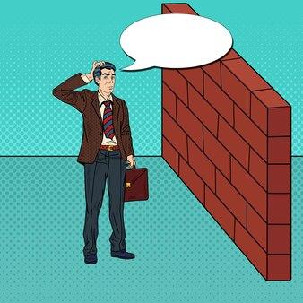 Pop art duvidoso empresário em frente a uma parede de tijolos.