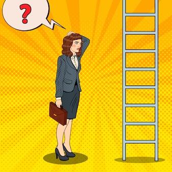 Pop art duvidoso mulher de negócios olhando para a escada.