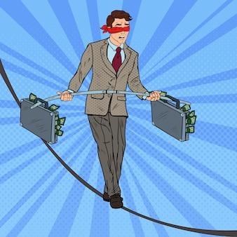 Pop art empresário andando na corda com duas maletas de dinheiro. risco de investimento.