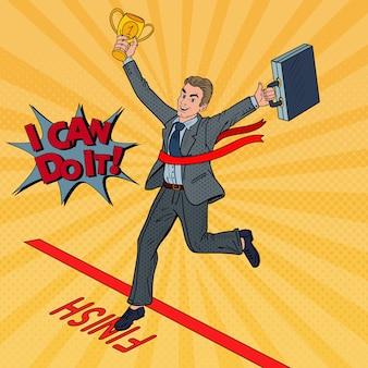 Pop art empresário com golden winner cup cruzando a linha de chegada.