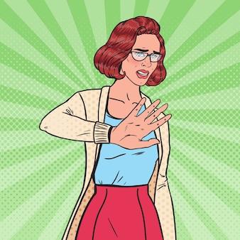 Pop art enojada jovem bonita mulher fazendo sinal de mão parada.