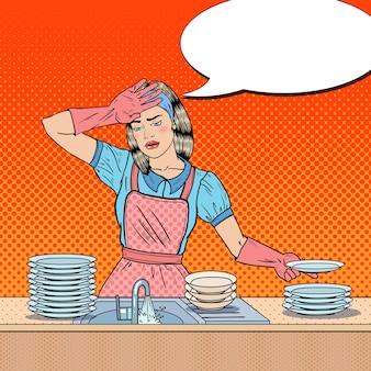 Pop art entediada mulher lavando pratos na cozinha