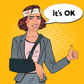 Pop art espancado mulher de negócios com braço enfaixado sorrindo. trabalhador feminino de escritório ferido.