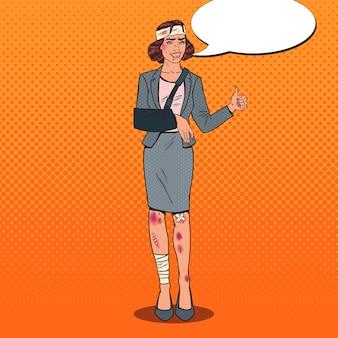 Pop art espancado mulher de negócios sorrindo. trabalhador feminino de escritório enfaixado.