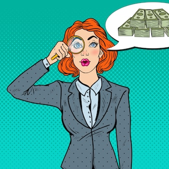 Pop art espantado com a mulher de negócios com lupa encontrada dinheiro.