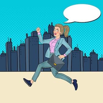 Pop art executando mulher de negócios com maleta.