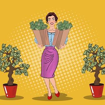 Pop art feliz mulher rica segurando sacolas com dinheiro da árvore do dinheiro. ilustração