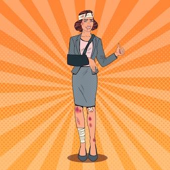 Pop art ferida mulher de negócios sorrindo. trabalhador feminino de escritório enfaixado.