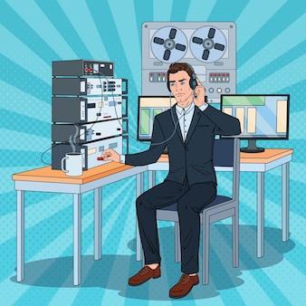Pop art homem escuta telefônica usando fones de ouvido e o gravador de carretel. trabalho de detetive masculino.