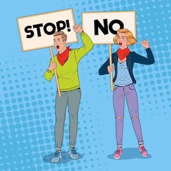 Pop art homem irritado e mulher protestando no piquete com banners. conceito de greve e protesto. pessoas gritando em demonstração.