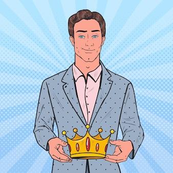 Pop art homem segurando uma coroa de ouro
