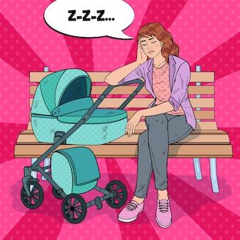Pop art jovem mãe sem dormir, sentado no banco do parque com o carrinho de bebê. conceito de maternidade. mulher exausta com filho recém-nascido.