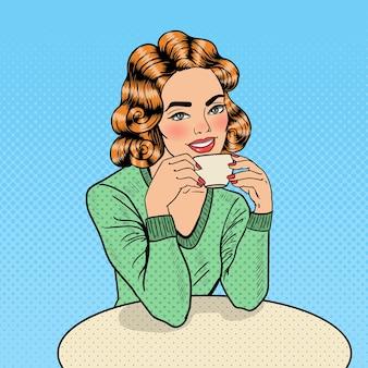 Pop art jovem mulher bonita bebendo café no café. ilustração