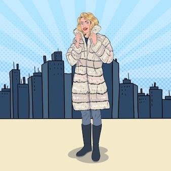 Pop art mulher bonita posando com casaco de pele quente