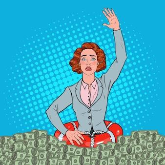 Pop art mulher de sucesso afundando no dinheiro. mulher de negócios com lifebuoy.
