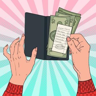 Pop art mulher pagando a conta no restaurante. mãos femininas segurando cheque de cliente com dinheiro.