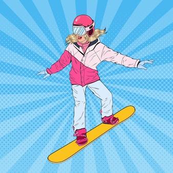 Pop art mulher snowboarder nas encostas. menina bonita em roupas esportivas brilhantes com snowboard.