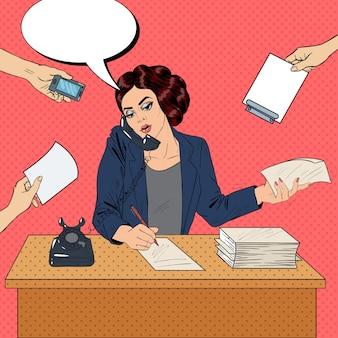 Pop art multitarefa mulher de negócios ocupada no trabalho de escritório. ilustração