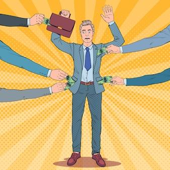 Pop art preocupado com o empresário com as mãos ao alto roubadas por ladrões