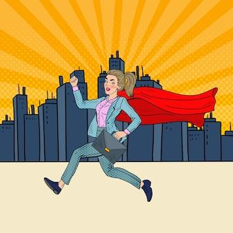 Pop art super mulher de negócios com a capa vermelha correndo com maleta.