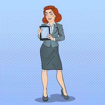 Pop arte bela mulher de negócios segurando o tablet digital.