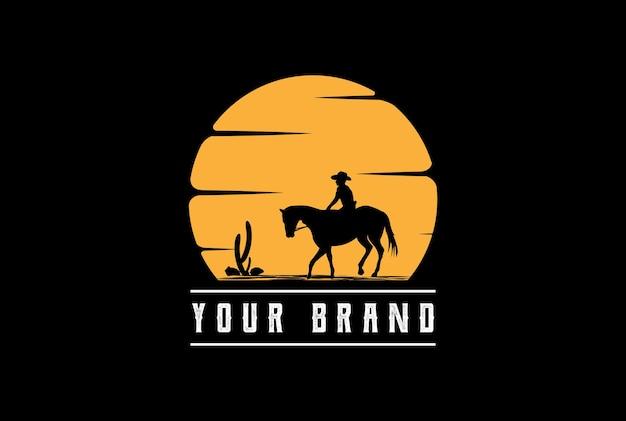 Pôr do sol, nascer do sol ou lua com mulher feminina vaqueiro que monta cavalo silhueta design de logotipo
