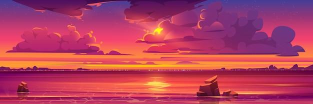 Pôr do sol no oceano, nuvens cor de rosa no céu com sol brilhante