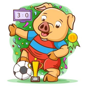 Porco jogador de futebol como o vencedor com o troféu de ouro
