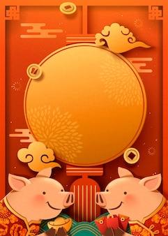 Porquinho fofo segurando lingote de ouro e pôster de envelope vermelho, lanterna em branco para palavras de saudação