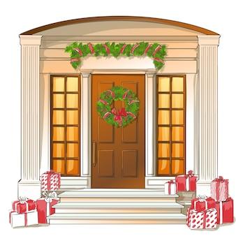 Porta da frente branca clássica com presentes de natal e decorações