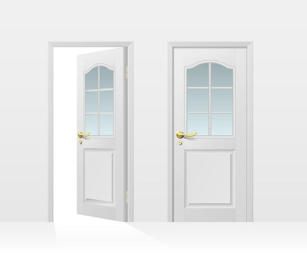 Porta de entrada branca clássica fechada e aberta para design interno e externo isolado no branco