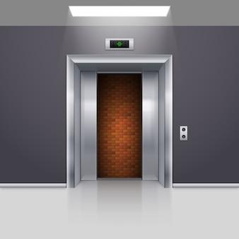 Porta do elevador de metal cromado meio aberta com bloqueio