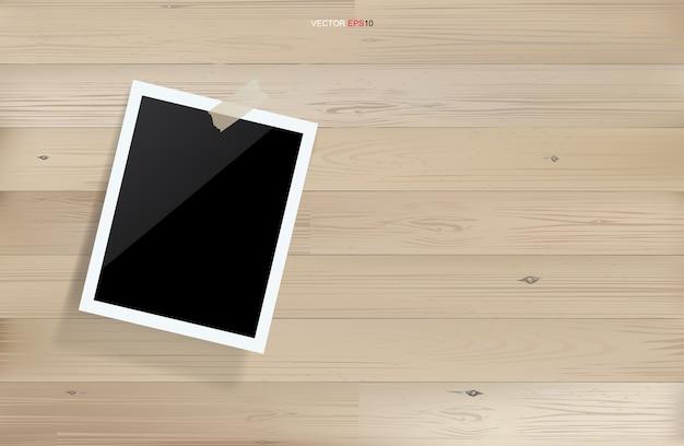 Porta-retratos ou porta-retratos em branco com fundo de madeira