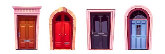 Portas de madeira com batentes de pedra, puxadores de metal e ranhura para correio