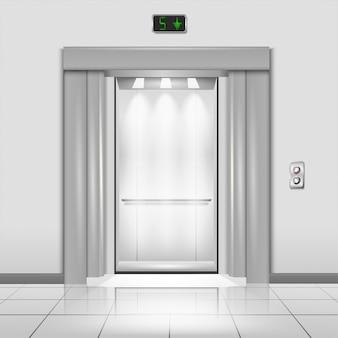 Portas fechadas do elevador do prédio de escritórios do metal do cromo com raios de luz na cabine