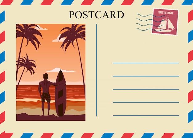 Postacrd verão vintage surfista praia oceano. cartão de projeto de viagens de férias com selo postal