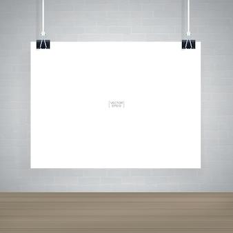 Pôster de papel branco pendurado na parede de tijolos brancos em uma sala de madeira
