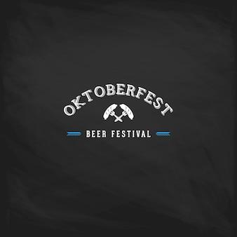 Poster vintage oktoberfest ou cartão em um fundo de quadro de giz