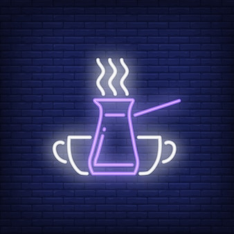 Pote de café turco jezve com vapor e copos de sinal de néon