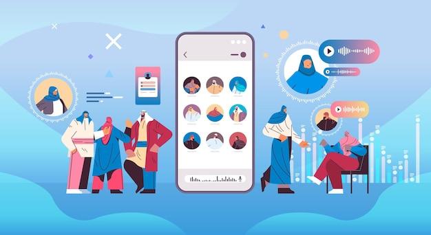 Povo árabe se comunicando em mensageiros instantâneos por mensagens de voz aplicativo de bate-papo de áudio mídia social conceito de comunicação on-line ilustração vetorial de corpo inteiro horizontal