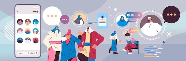 Povo árabe se comunicando por mensagens de voz, aplicativo de bate-papo de áudio, mídia social comunicação online